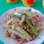 白菜梗炒肉的做法