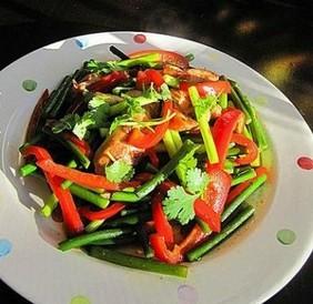 煎鸡腿肉炒蒜苔