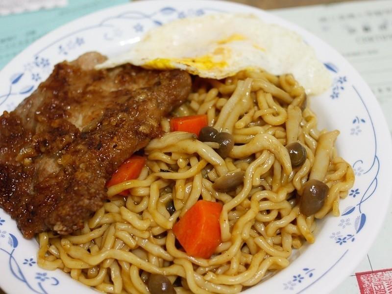 咖哩猪排炒麵的做法