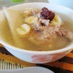 莲子炖猪骨汤的做法