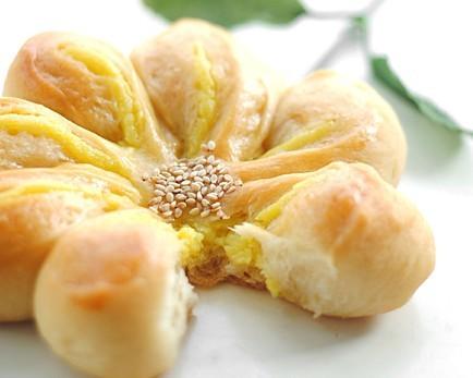 奶黄馅花形面包