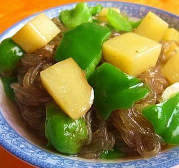 青椒土豆炖粉条的做法