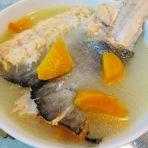 三文鱼骨红萝卜汤的做法