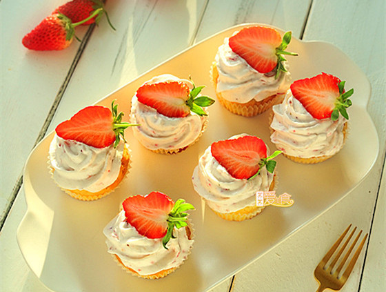 酸奶草莓蛋糕