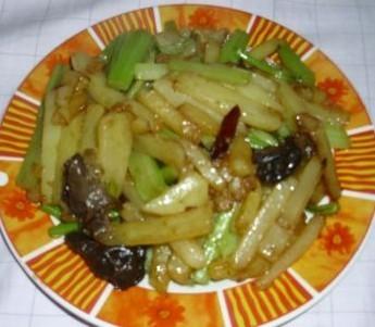 土豆条炒芹菜的做法