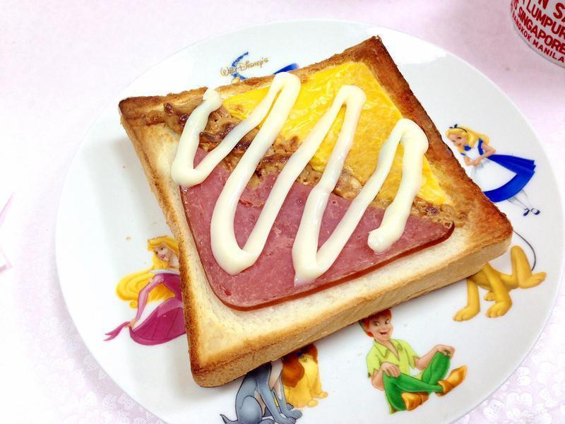 """五分钟快速早餐""""牛肉起司火腿三明治"""