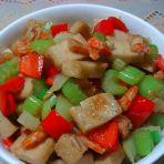 西芹虾干炒鱼饼的做法
